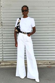 Black belt + white pants: the duo is practical and not obvious - Guita Moda. Look total white, white Cool Summer Outfits, Simple Outfits, Black Women Fashion, White Fashion, Fall Fashion Trends, Autumn Fashion, Style Blanc, Pinterest Mode, Feminine Fashion