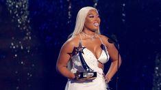 Blonde Bobs, Blonde Wig, Female Hip Hop Artists, Hair Removal Diy, Bet Awards, White Blonde, Platinum Blonde Hair, Daily Beauty, Her Hair
