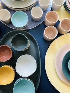 Jetzt fehlt nur noch das Essen und die Gäste und das Sommerfest kann starten. Designers Guild, University Essentials, Plates, Tableware, Mud, Large Chalkboard, Dishes, Licence Plates, Dinnerware