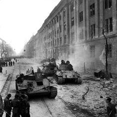1956 -  Soviets crush Hungarian revolution - Jack Esten/Picture Post/Getty Images