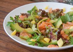 Mango Avocado Salat mit Lachs und Walnussöl