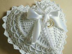 Achei estas lindas almofadas no facebook FIO Maravilha Crochet Quilt, Crochet Motif, Crochet Lace, Crochet Hearts, Wedding Pillows, Ring Pillow Wedding, Crochet Square Patterns, Crochet Diagram, Crochet Rings