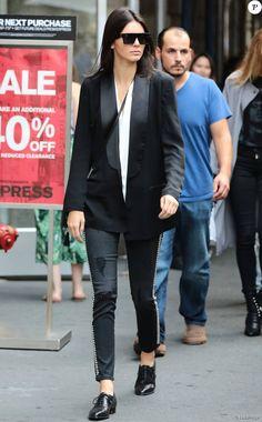 Kendall Jenner à New York, porte un blazer noir BLK DNM, un top blanc sans manche Victoria Beckham, un jean Etienne Marcel et des souliers Manolo Blahnik. Des lunettes de soleil Céline et un sac Saint Laurent (modèle Monogramme Bourse Mini) complètent sa tenue. Le 30 août 2015.
