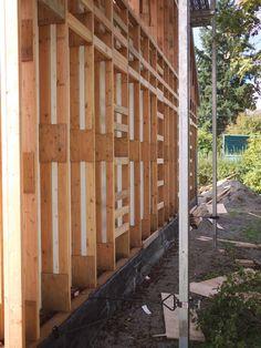Архитектор Роб Харрисон взял эту фотографию стены кадрирования на Passivhaus проекта (Северная проживания в Олимпии, штат Вашингтон).  Хотя Харрисон относится к этому типу, как обрамление Ларсен фермы, несущая обрамление на самом деле стена фермы, не ферма Ларсен.