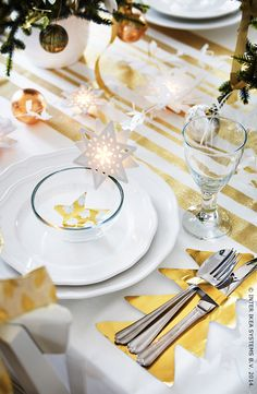 tisch weihnachten gold Start planning your New Year's eve party with IKEA! Add touches of gold to table settings and décor for a night that's sure to sparkle. Christmas Table Settings, Christmas Table Decorations, Sparkle Decorations, Ikea Christmas, Christmas 2014, White Christmas, Deco Table Noel, Diy Weihnachten, Diy Table