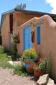 Adobe house in Taos, New Mexico Exterior House Colors, Exterior Design, New Mexico Style, Spanish Style Homes, Spanish Revival, Spanish Colonial, Santa Fe Style, Adobe House, Hacienda Style