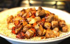Insalata di cous cous e pollo all'arancia - Questa ricetta propone una saporita insalata a base di cous cous e carne di pollo arricchito da verdure, e aromatizzato dalle arance, un piatto completo e dieteticamente equilibrato, perfetto per il pranzo al lavoro.