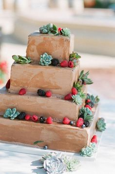 Versier je chocoladetaart met fruit voor een mooie uitstraling #vierkant #bruidstaart #chocolade #bruiloft #trouwen #inspiratie #wedding #cake #inspiration Vierkante bruidstaarten: hot new trend | ThePerfectWedding.nl | Fotocredit: Picotte Weddings