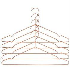 Bøjle udformet af ét stykke firkantet stålstang. Hang bøjler er enkle, men ikke helt som andre bøjler. Kommer i sæt af 5 stk.   Mål: W 42 x H 20 x D 0,5 cm  Materiale: stål Farve: kobber