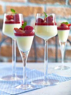Här han ni ett recept på en super enkel dessert som jag lovar kommer att uppskattas. Härlig kombination mellan vit choklad och jordgubbar, skriker sommar i munnen :-). Vit choklad pannacotta - 6 st Panacotta 150 g Vit choklad 2 st Gelatin Blad 450 g Grädde (4 1/2dl) Panacotta: