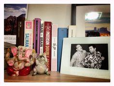 Libros entre estanterias de amigos.