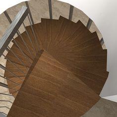2007 Escalera de caracol para Fran. Diseño de Ernesto Oñate. Vista desde arriba de la escalera en madera de Elondo y acero inoxidable pulido. La escalera comunica el salón de la planta baja con el salón de la primera planta de la vivienda.