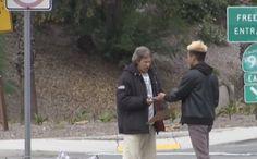 Que crees que hace un hombre sin hogar si le regalas 100 dólares 1