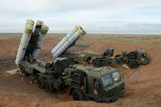 """S-400 """"Triumf"""" (SA-21 Growler, según la designación de la OTAN) es un sistema antiaéreo de largo y medio alcance de nueva generación. Está destinado para destruir todos los medios de ataque aeroespacial, tanto modernos como en desarrollo. Puede atacar hasta 36 objetivos a la vez usando 72 misiles."""