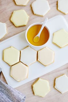 Tiny Home Interior honeycomb sugar cookies.Tiny Home Interior honeycomb sugar cookies Yummy Treats, Sweet Treats, Yummy Food, Delicious Blog, Cookies Et Biscuits, Sugar Cookies, Honey Cookies, Bee Cookies, Iced Biscuits