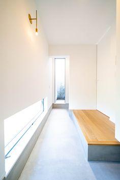 土間コンと壁と無垢フローリングのコントラストがとてもきれいな玄関ホールです。 Stairs, Home Decor, Stairway, Decoration Home, Room Decor, Staircases, Home Interior Design, Ladders, Home Decoration