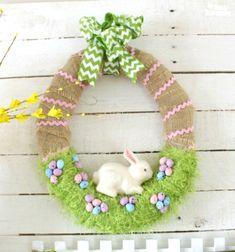 Easy DIY Easter wreath with green fluffy yarn and burlap // Egyszerű húsvéti koszorú zöld szempilla fonallal és jutacsíkkal // Mindy - craft tutorial collection // #crafts #DIY #craftTutorial #tutorial #spring #SpringCrafts