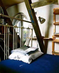Wood and sapphire - great combination!  czterykaty.pl Pracownia malarska pełni też funkcję pokoju gościnnego. Ustawione tu stare żelazne łóżko przydaje się w chwilach, gdy trzeba zatrzymać na noc gościa