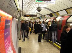 People getting off a crowded underground train at London's Green Park station.   © Arpingstone/WikiCommons