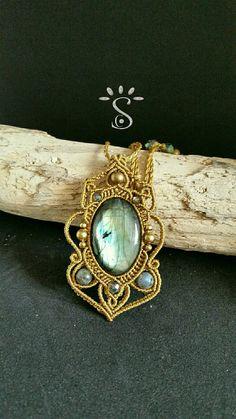 Collier tissé en micro macramé et gros cabochon en pierre naturelle de labradorite et perles en laiton et en cristal