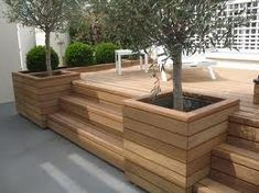 Nice deck incorporated with planter boxes Top Backyard Deck And Patio Ideas – Wood And Composite Decking Designs - Di Home Design Inspiration for tree/planter boxes integrated into deck. Résultat d'images pour stufe in holzterrasse Planters to concea