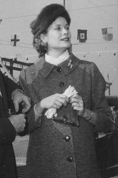 Grace Kelly, princesse de Monaco: le style mythique d'une icône. Les gants blancs: Lorsqu'elle passait des castings au début de sa carrière, Grace Kelly s'était fait remarquer en portant un manteau de fourrure en poil de chameau et des gants blancs. Une fois installée au Rocher, elle continua de ganter ses mains de blanc. Chicissime.