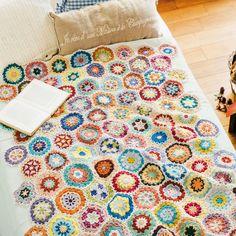 編んで広がるカラフルパターン 万華鏡みたいなかぎ針編みモチーフの会 フェリシモ もっと見る Crochet Home, Crochet Granny, Knit Crochet, Crochet Hook Set, Japanese Nail Art, Knitting Wool, Decorate Your Room, Crochet Basics, Handicraft