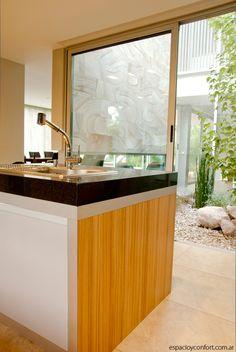Construida en un barrio privado de la localidad de Ezeiza sobre un terreno de 910 m², esta casa diseñada por el arquitecto Luis Luchesi con la colaboración de su equipo es una muestra de la capacidad narrativa de la arquitectura.