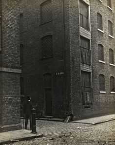 Lost in Old London – Rose Alley, Southwark, c. 1910 - I've been lost in Southwark. Victorian London, Vintage London, Old London, East End London, South London, London History, British History, Asian History, Tudor History