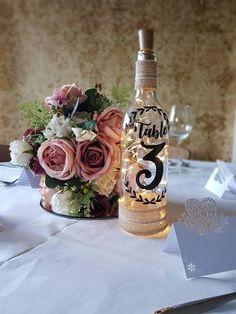 Pièce de table numéro de mariage décor rustique shabby chic romantique fairylights bouteilles ,  #decor #mariage #numero #piece #rustique #shabby #table