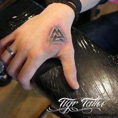 30 Increíbles Tatuajes de Valknut o Nudo de La Muerte (Simbolismo)