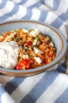 orzo with chicken, feta and tzatziki - ENJOY! The Good Life . -Greek orzo with chicken, feta and tzatziki - ENJOY! The Good Life . - The Salad Chop Bowl is the perfect way to save money. Healthy Eating Tips, Healthy Nutrition, Healthy Recipes, Healthy Snacks, Tzatziki, I Love Food, Good Food, Yummy Food, Feta