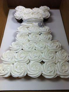 Um bolo de cupcake em formato de vestido de noiva. Super sugestivo para um chá de panela hein?