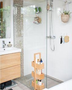 """183 curtidas, 2 comentários - OrganizAÇÃO (@organizacao.acao) no Instagram: """"Pequenos espaços, soluções inteligentes: produtos de uso diário não precisam (necessariamente)…"""" Divider, Vanity, Bathroom, Furniture, Paris, Home Decor, Instagram, Productivity, Washroom"""