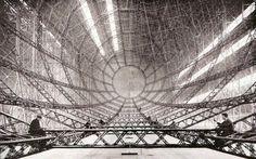 建造中の飛行船の内部、1920年代 Constructing an airship 1920's
