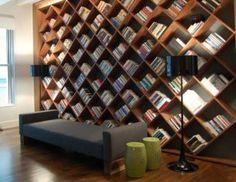 Boekenkast met diagonale planken. Ziet er leuk uit deze boekenkast,maar of ie ook zo handig is? Je zet er in ieder geval niet snel iets anders dan boeken in.