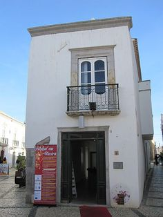The House built in 1541 by famous architect of Tavira, André Pilarte who was also responsible for building the church of Misericórdia.Currently the building form together with the adjoining house built in the second half of the nineteenth century. The Municipality of Tavira renovated the property in 2005 and is now often used for art exhibitions displays.
