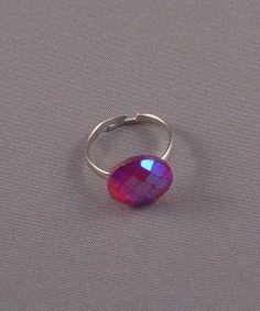 Verstelbare zilveren ring met schitterende facet steen.
