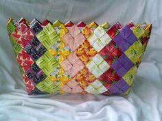 Recy taštička čajová Originální skládaná taštička Candy bag. Velice pevná. Možno použít jakopsaníčko, např. do divadla, kosmetickou tašku na šminky či jiné drobnosti. Z obou stran stejné barvy a motivy. Taška je vyrobenázpřebalů od čajových sáčků (stále lehce voní po čaji) na povrchu opatřena nepropustnou vrstvou.  ...