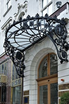 Viseras Though historic throughout thought, this pergola is experiencing a modern-day rebirth these days. Awning Canopy, Door Canopy, Iron Gates, Iron Doors, Muebles Estilo Art Nouveau, Wrought Iron Candle Holders, Balustrades, Wrought Iron Decor, Iron Furniture