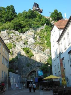 Graz: 7 atracciones para conocer la ciudad austriaca - EUROPEOS VIAJEROS Graz Austria, Mount Rushmore, Mountains, Nature, Travel, Monuments, Getting To Know, Europe, Tourism