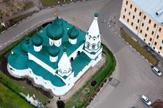 Church of the Transfiguration of the city. Here in the XVII century housed the main shopping area of Yaroslavl - that's why the name. The temple built by the townspeople and the magnificent frescoes painted - in 1693 co-operative of 22 artists painted the interior of the church in just seven weeks.