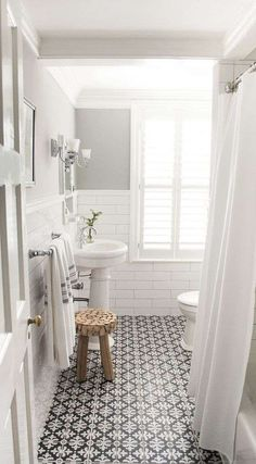 Bagno bianco vintage - bagno stile vintage con cementine a contrasto a terra tra le tendenze arredamento 2018