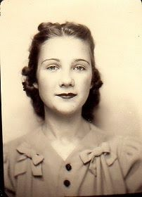 Hair Love the pair of bows on her classic dress. Antique Photos, Vintage Pictures, Vintage Photographs, Old Pictures, Vintage Images, Vintage Photo Booths, Photos Booth, 1940s Hairstyles, Wedding Hairstyles