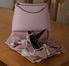 Michael Kors hand bag and Charles and Keith shoes kuncha Geschenk ver packungen Bridal Gifts For Bride, Indian Wedding Gifts, Wedding Gift Wrapping, Wedding Gift Boxes, Bridal Gift Baskets, Wedding Hamper, Indian Bridal Photos, Trousseau Packing, Brides Basket