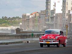 Met een oldtimer roadtrippen door #Havana! #cuba #travelsmartnl