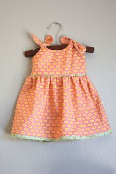 ) Itty Bitty Baby Dress Pattern — Made by Rae - (Free!) Itty Bitty Baby Dress Pattern — Made by Rae Baby dress – free pattern. Baby Dress Tutorials, Baby Girl Dress Patterns, Baby Clothes Patterns, Baby Doll Clothes, Baby Outfits, Little Girl Dresses, Toddler Outfits, Baby Dresses, Barbie Clothes