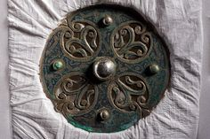 The work of a master metalsmith, this disc brooch may have been stolen from an Anglo-Saxon settlement during a Viking attack. Renaissance Jewelry, Viking Jewelry, Ancient Jewelry, Art Viking, Viking Life, Viking Woman, Norse People, Les Runes, Ancient Artefacts