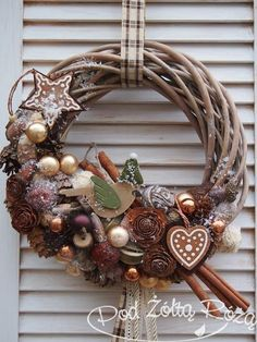 Like the concept, but it needs tweaking. It is a little too busy. Christmas Door, Winter Christmas, Christmas Holidays, Christmas Wreaths, Christmas Ornaments, Diy Wreath, Christmas Inspiration, Xmas Decorations, Holiday Crafts