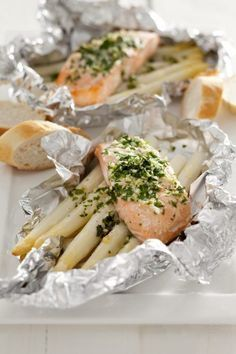 Deze heerlijke aspergepakketjes kunnen zowel in de oven als op de barbecue! Good Food, Yummy Food, Happy Foods, Diners, Fish And Seafood, Quiche, Asparagus, Food To Make, Clean Eating